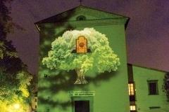 Il simbolo del 40° Anniversario della Fondazione del Centro dell'Uomo proiettato sull'esterno della chiesa di Sargiano