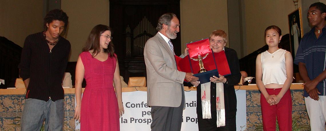 La scrittrice e saggista Fernanda Pivano riceve il Premio dalle mani del Presidente Pier Franco Marcenaro